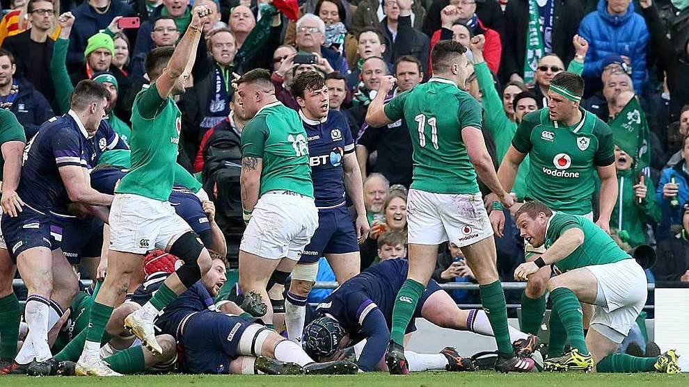 Los jugadores irlandeses celebran el cuarto ensayo a Escocia ... y...