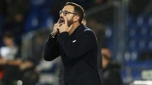 Bordadás pide atención a sus futbolistas durante el partido ante el...
