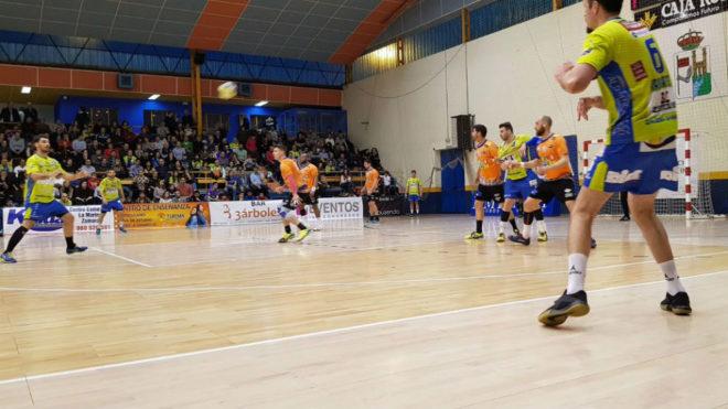 Un momento del partido entre el Zamora y el Benidorm