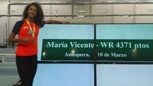María Vicente posa junto al marcador que recoge la plusmarca mundial