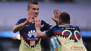 Uribe celebra junto a Ménez
