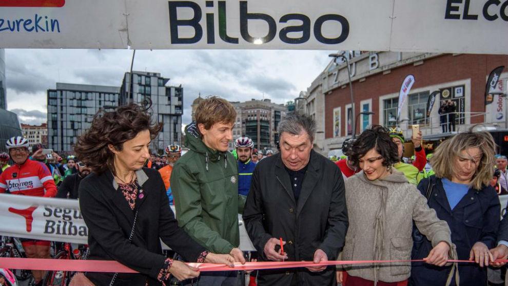El  excorredor ciclista belga Eddy Merckx cortando la cinta para dar...