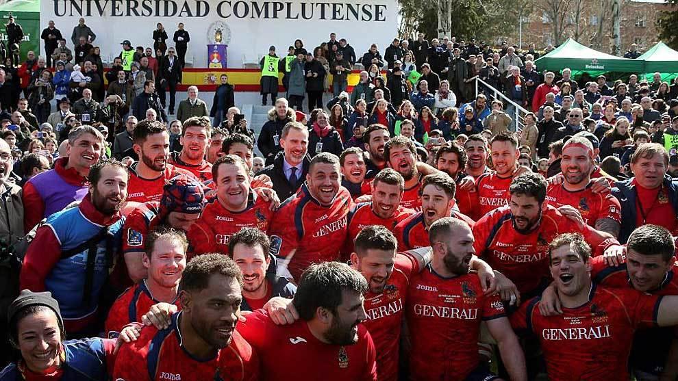 Los jugadores españoles celebran el triunfo junto al Rey Felipe VI