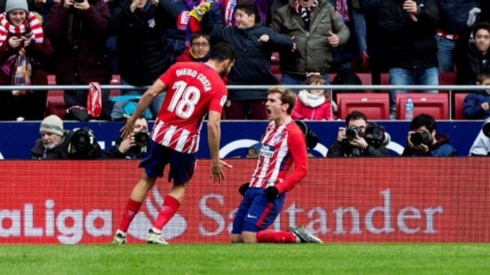 Griezmann celebra su gol ante la mirada de Diego Costa