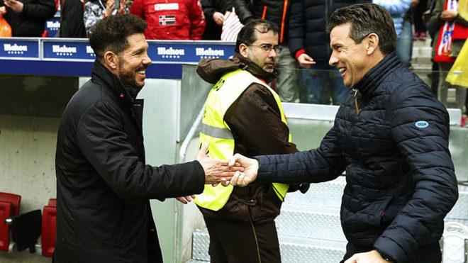 Simeone y Unzué se saludan antes del Atlético-Celta.