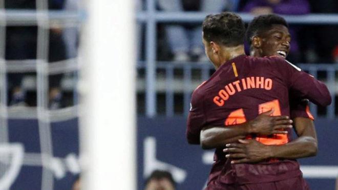 Coutinho abraza a Dembélé tras marcar el 0-2 ante el Málaga