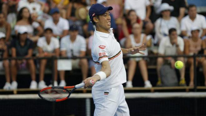 Kei Nishikori devuelve la pelota al canadiense Denis Shapovalov.