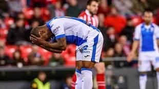 Claudio Beauvue se lamenta en el partido ante el Athletic en San...