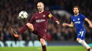 Iniesta controla el balón en el partido de Champions ante el Chelsea.
