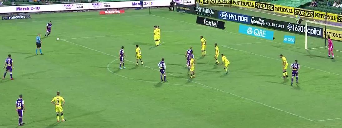 Xavi Torres marcó un golazo de falta en la victoria 3-1 de Perth...