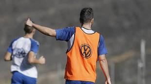 Carlos Ruiz hace un signo de aprobación durante un entrenamiento