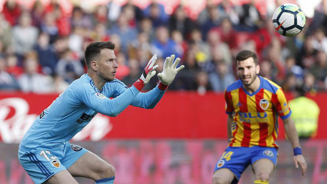 Neto se dispone a atrapar un balón en el partido contra el Sevilla.