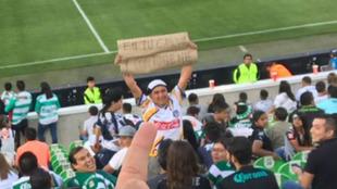 El fanático mostró un letrero que causó molestia en los seguidores...
