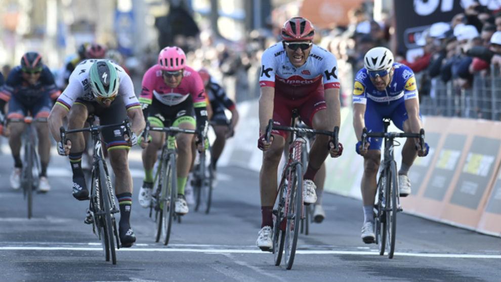 Marcel Kittel cruza primero la meta por delante de Sagan.