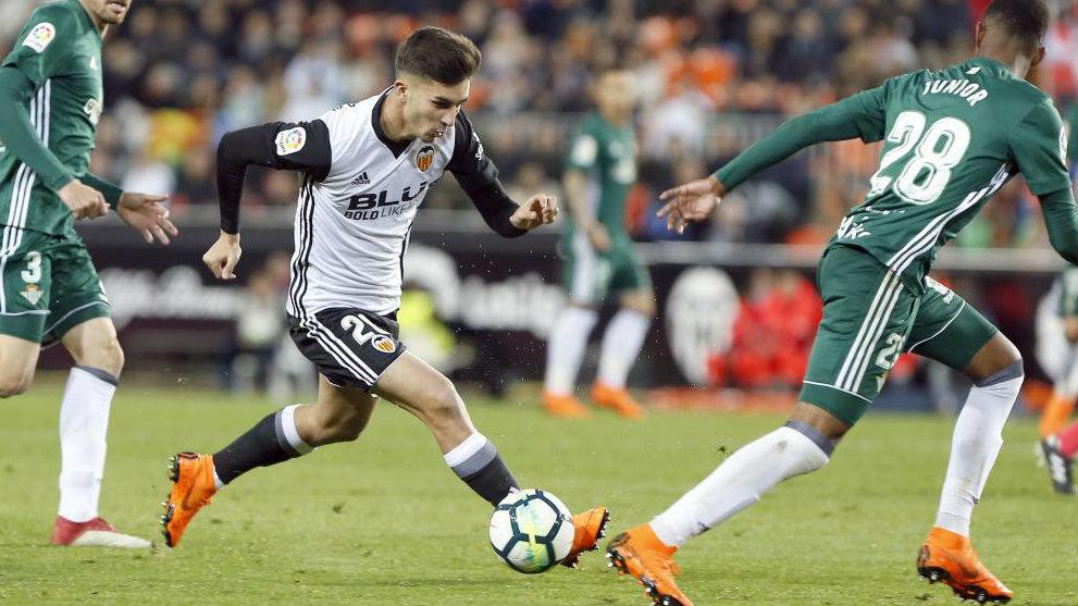 Ferran Torres inicia un regate en el partido contra el Betis.