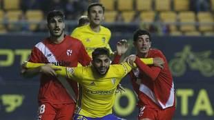 Jona frena a Berrocal y Carlos Fernández durante el partido del...
