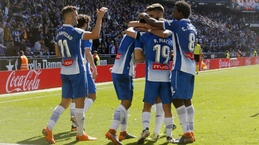 La plantilla del Espanyol celebra el gol de Gerard Moreno contra la...
