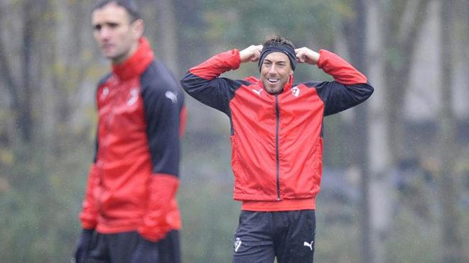 Sergi Enrich, en un entrenamiento del Eibar. En primer plano, Kike...