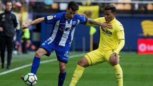 Hernán Pérez protege el balón en el partido contra el Villarreal.