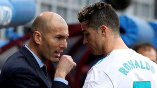 Zidane charla con Cristiano durante el partido contra el Eibar.