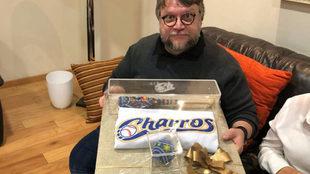 Guillermo del Toro recibe obsequio de los Charros de Jalisco.