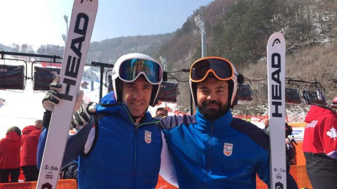 Jon Santacana y Miguel Galindo posan tras lograr la plata en la...