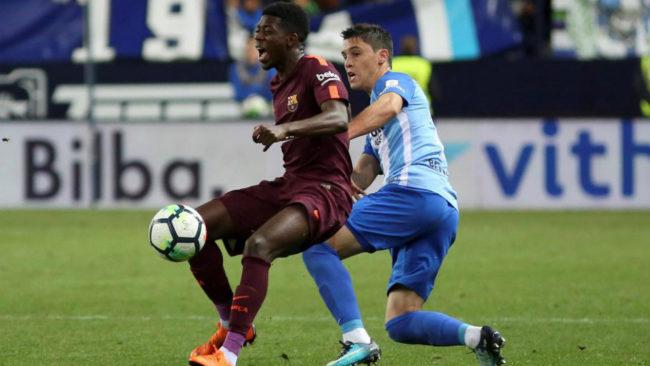 Dembélé es derribado por Ricca en La Rosaleda.