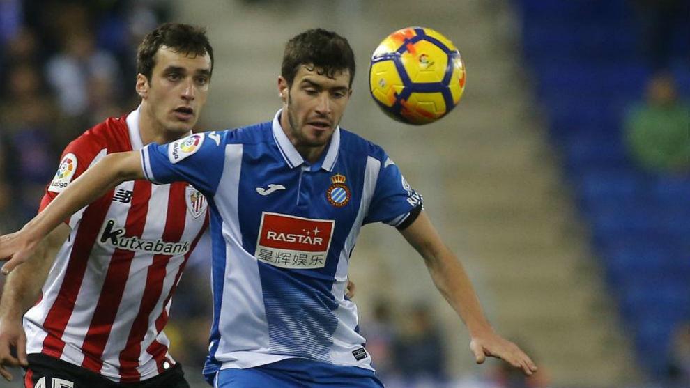 Aarón pelea por un balón contra el Athletic.