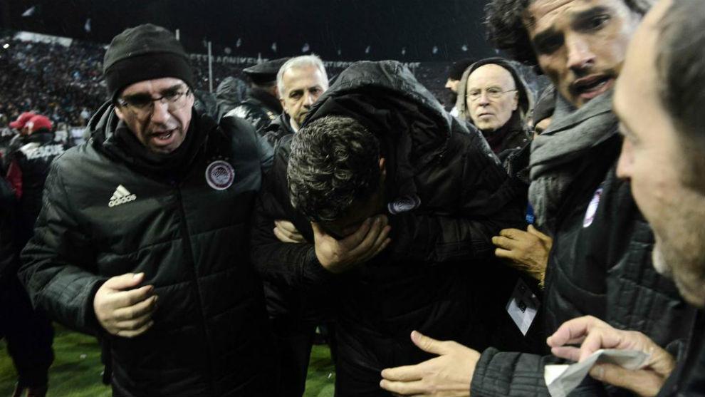 Óscar García Junyent, técnico de Olympiacos, se duele tras ser...