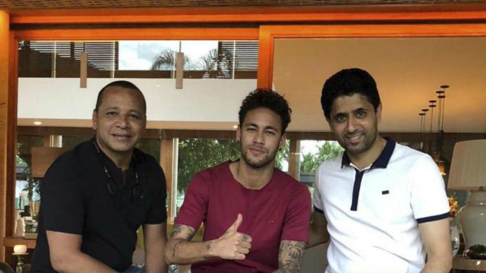 Neymar, junto a su padre y Nasser al Khelaifi, ayer en Brasil.
