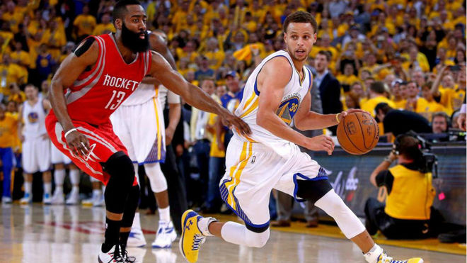 James Harden y Stephen Curry en uno de sus duelos
