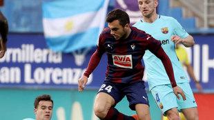 Joan Jordán disputando el esférico ante Coutinho y Rakitic