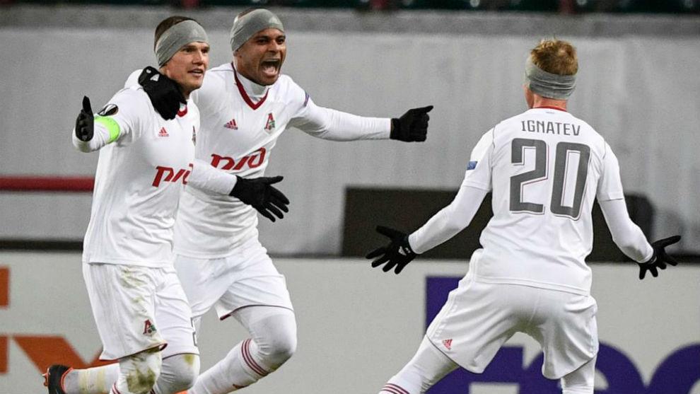 Jugadores del Lokomotiv portan la cinta para tapar las orejas contra...