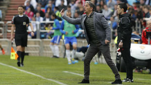 Natxo González da instrucciones durante un partido