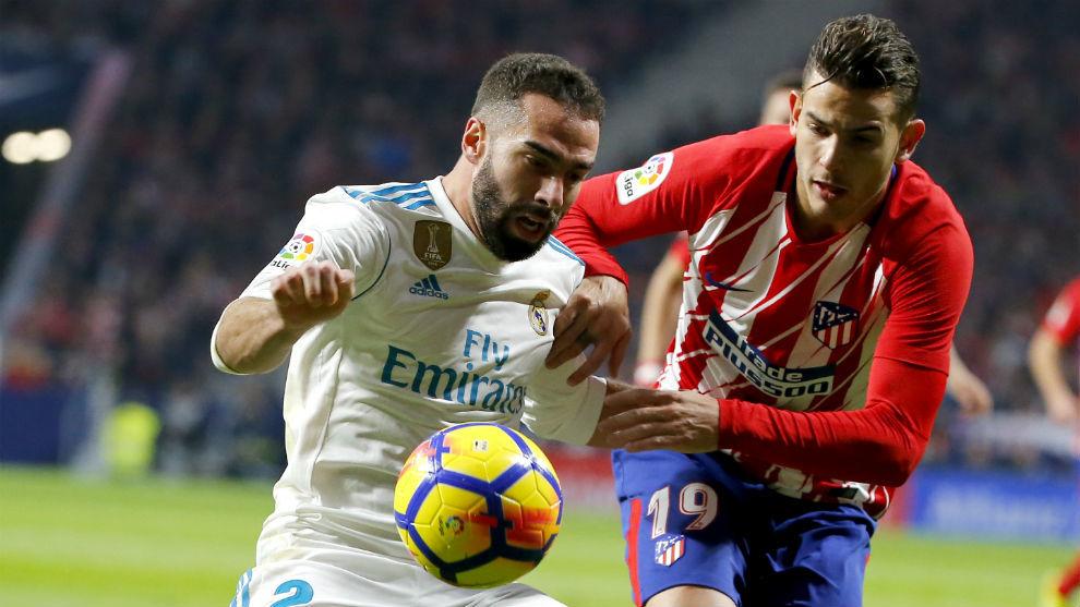 Carvajal y Lucas Hernández pugnan por el balón durante el último...