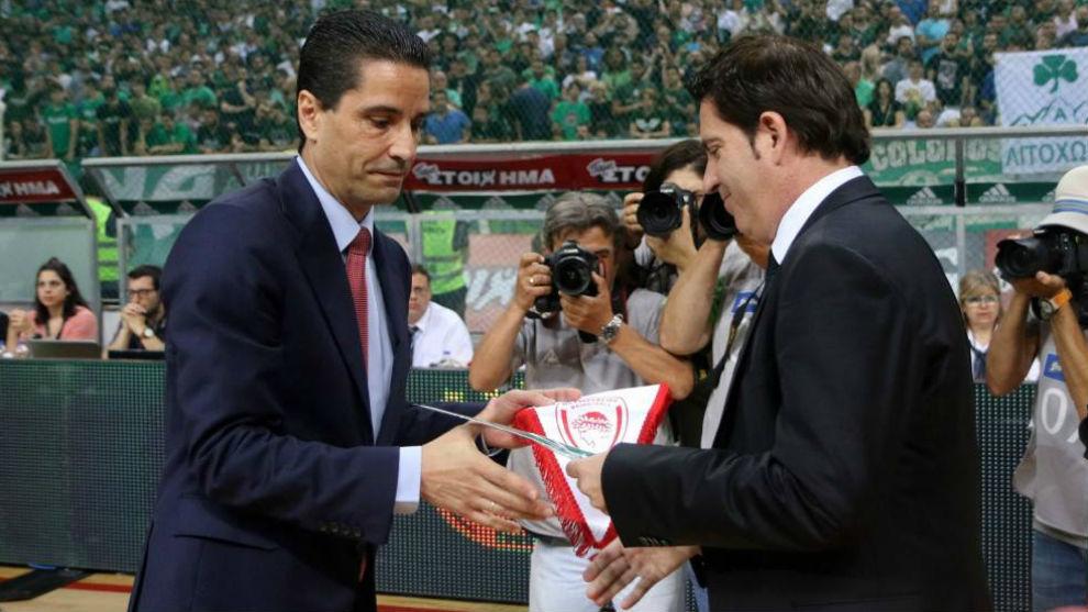 Xavi Pascual saluda a Ioannis Sfairopoulos antes de un partido.