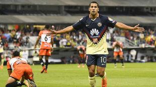 Cecilio Domínguez celebra el triunfo del América en el Estadio...