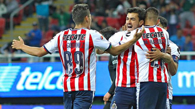 Chivas celebra un gol en el Estadio Akron