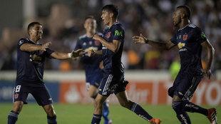 Araos, en el centro, celebra el gol de la Universidad de Chile.