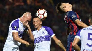 Insaurralde, de espalda, salta junto a Correa y Suárez, jugadores de...