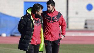 El doctor Redondo, a la izquierda, junto al utillero del equipo...