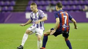 Ontiveros y Ferreiro disputan un balón en el Valladolid-Huesca.