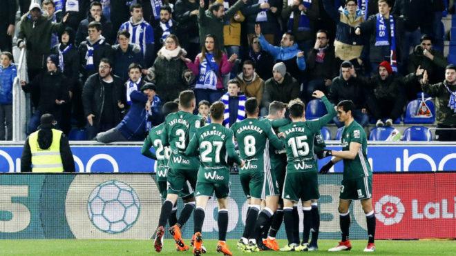 Los jugadores del Betis celebran un gol en Mendizorroza.