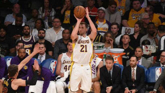 Travis Wear jugando con Los Ángeles Lakers