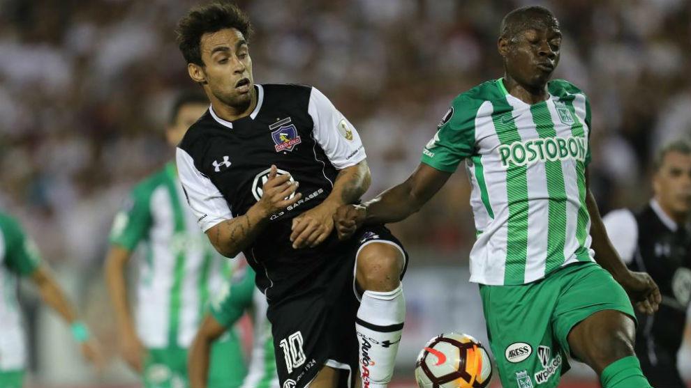 Jaime Valdés disputa un balón con Helibelton Palacios.
