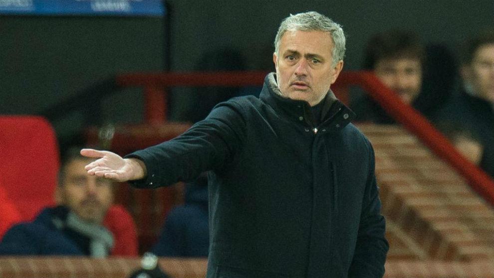 José Mourinho se lamenta durante el partido contra el Sevilla.