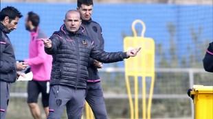 Paco López, en un entrenamiento del Levante.