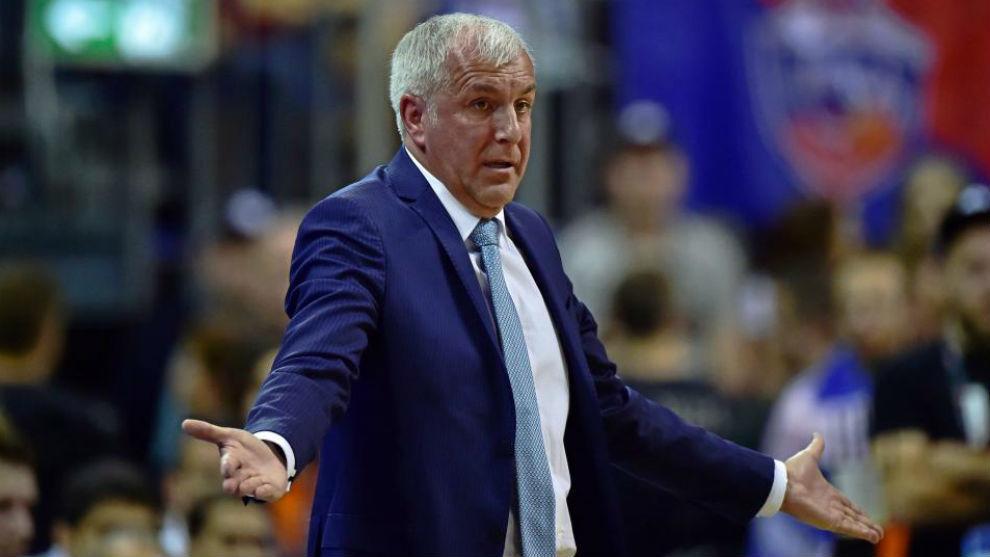 Zeljko Obradovic gesticula durante un encuentro del Fenerbahce.