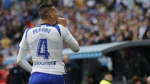 Perone, que pronto será padre, celebra su primer gol como blanquillo.