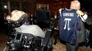 El dueño de los Patriots, Robert Craft, entregando un jersey...